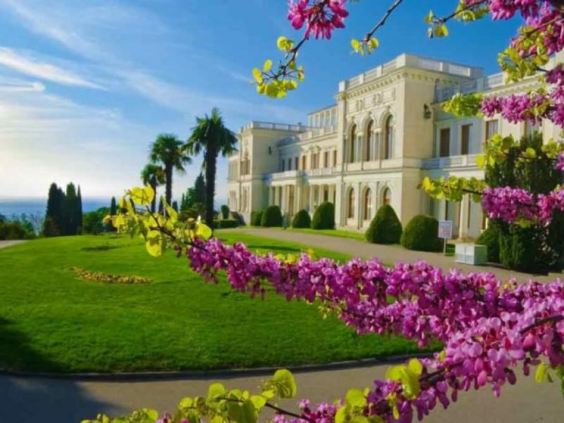 Ливадийский дворец весной