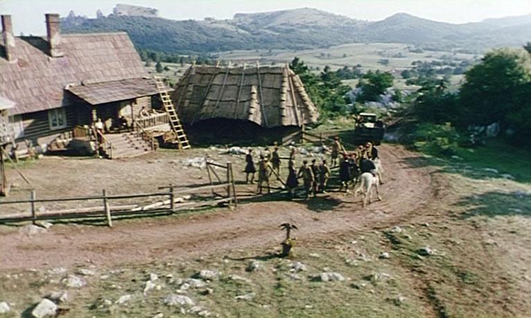 Двор, в котором располагался штаб казаков, построили на Ай-Петринской яйле. Совсем рядом верхняя станция канатной дороги Мисхор - Ай-Петри.