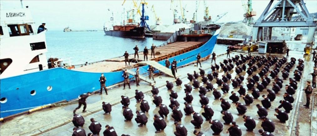 Заключённых погружают на баржу в Феодосийском морском торговом порту.