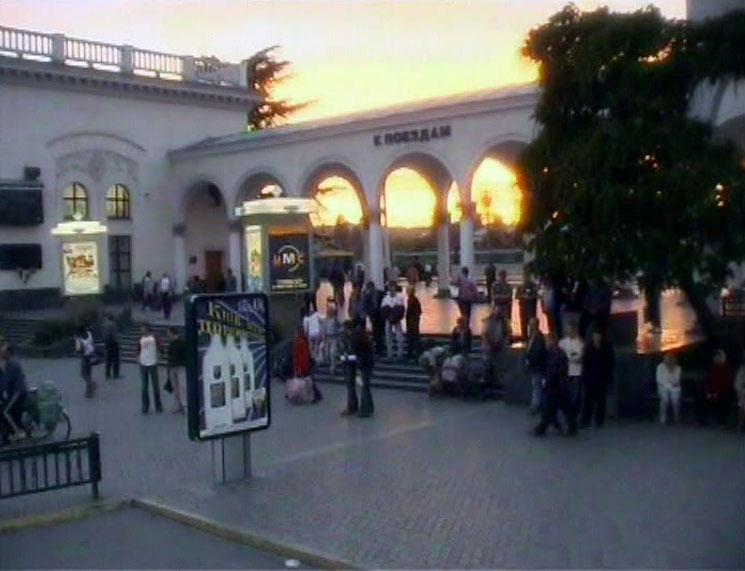 """В начале каждой серии курьер с чемоданом """"фальшака"""" уезжает с Симферопольского железнодорожного вокзала."""
