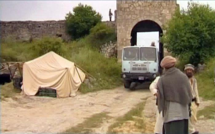 Грузовик талибов протискивается через Большие ворота (Биюк-Капу) пещерного города Чуфут-Кале.