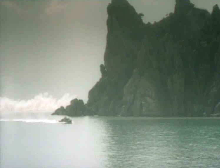Морской охотник входит в Голубую бухту. Позади очертания Караул-Обы.