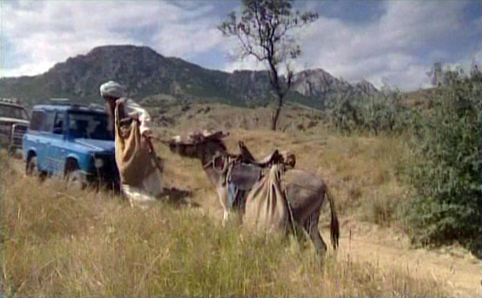 Караван джипов во главе с Гийомом движется по Солнечной Долине в сторону нудистского пляжа.