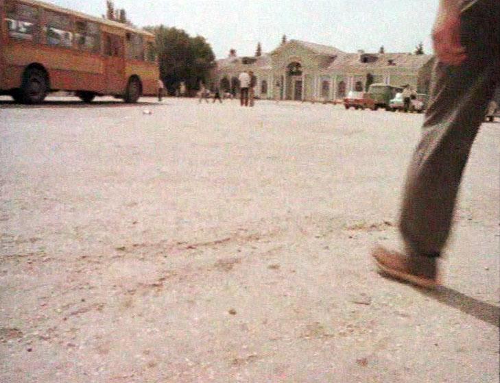 Сбежав из рядов вооружённых сил, Микас первым делом звонит домой. Дело происходит на привокзальной площади в Бахчисарае.