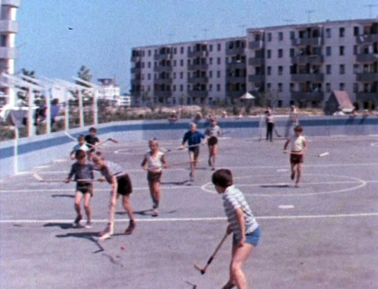 Асфальтированную хоккейную площадку построили специально для съёмок в Севастополе в районе улицы Репина.