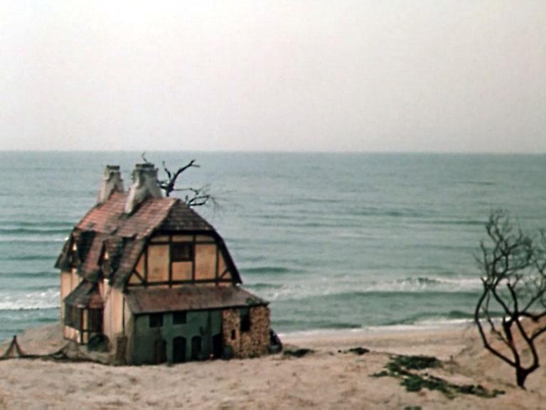 Съёмочная группа не сразу отправилась в Крым. Трактир снимали на побережье Балтийского моря
