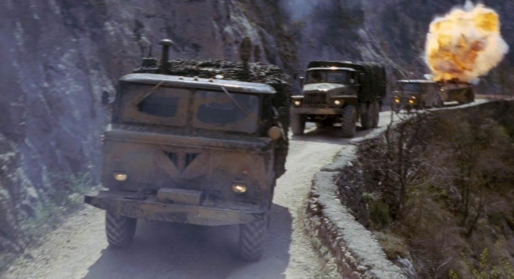 Автоколонна движется по каньону Узунджа, что между сёлами Колхозное и Родниковское.