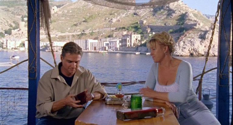 Кафешка Раечки находится в Балаклаве у входа в бухту. Греков, сидя в кафе, замечает Анну на велосипеде и ...