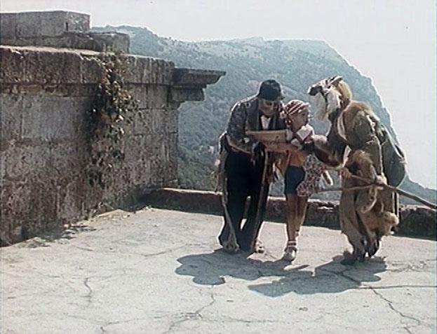 Кот Базилио и Лиса Алиса рассказывают Буратино о Стране Дураков. Снимали этот эпизод на Байдарских воротах недалеко от Фороса.