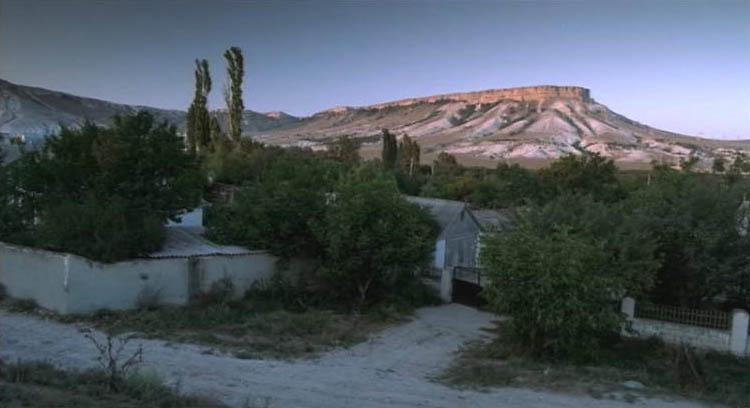 Дворовые и камерные сцены не поленились ездить снимать в Старый Крым. В массовках принимали участие простые смертные из местных.