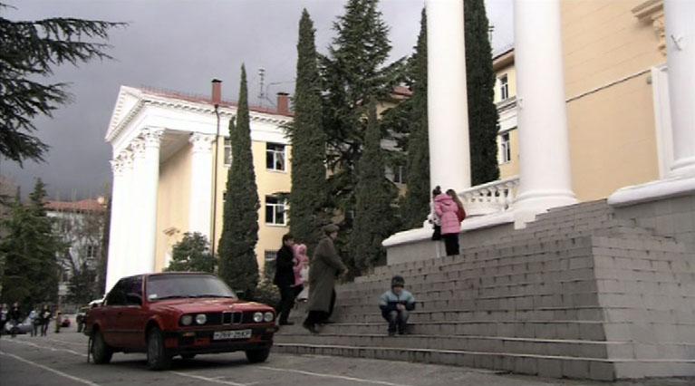 Лицей, в котором пост директора занимал Олег Евгеньевич Сидерский, снимали, как ни странно, в ялтинской школе №9.