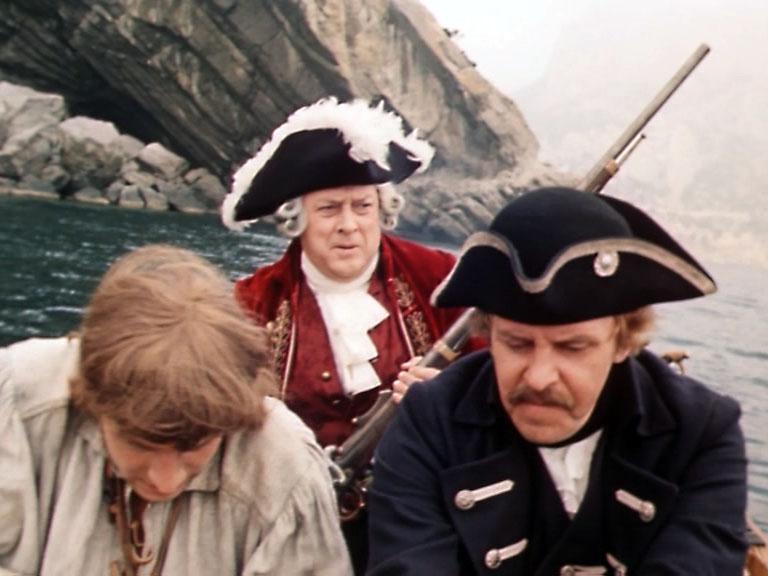 Ялик с Трелони и Смоллетом на борту плывёт по Разбойничьей бухте к гроту Голицына