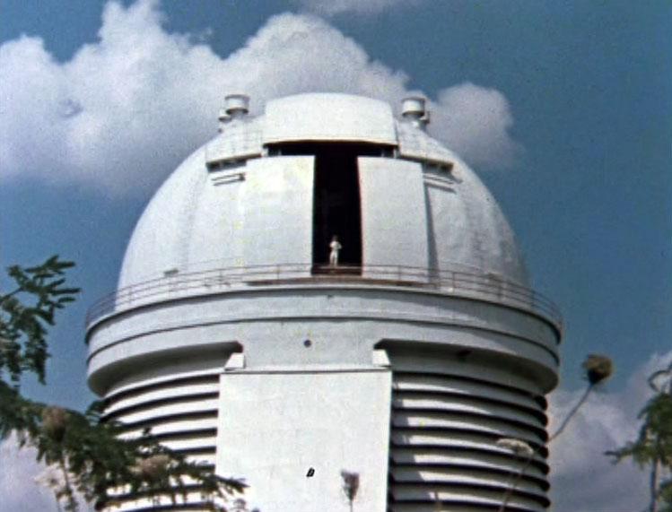 Волшебник следит за происходящим из здания Зеркального телескопа Шайна в Научном.
