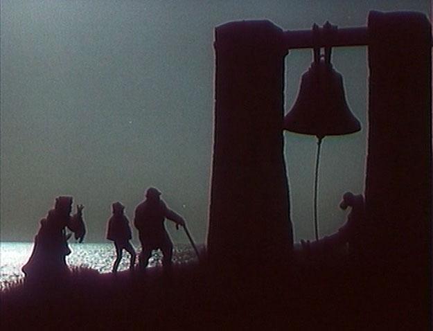 Алиса, Буратино и Базилио пробираются к Полю Чудес мимо знаменитого Сигнального колокола в Херсонесе.