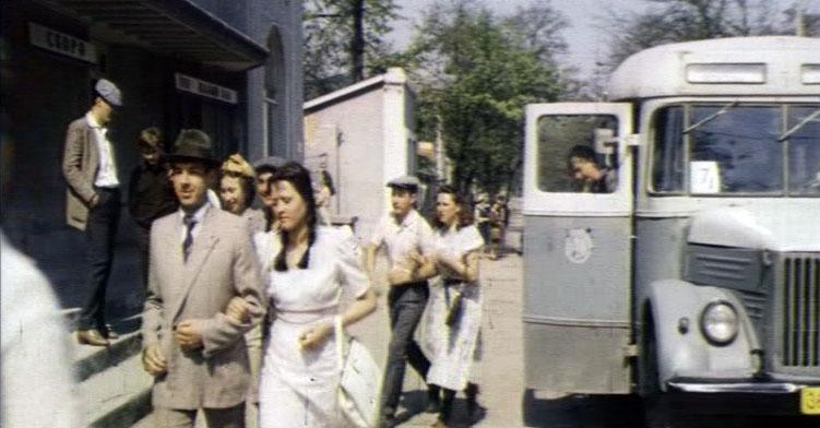 """Остановка автобуса возле кинотеатра """"Родина"""" на улице Крылова в Симферополе."""