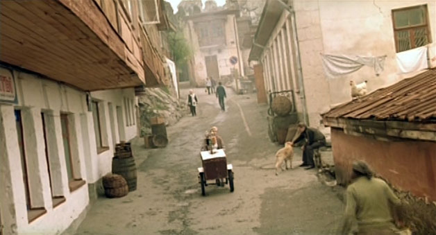 Немой встречает бабушку и рассказывает ей, что он «махался»! Это центр старого Гурзуфа. Улица Ленинградская.
