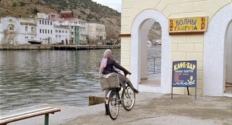 """Название кафе-бара """"Волны Гангута"""" вымышленное. На самом деле - это рыбный ресторан """"Избушка рыбака"""" в Балаклаве."""