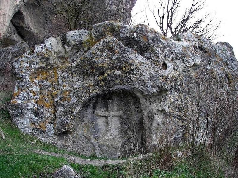 Крест на скале