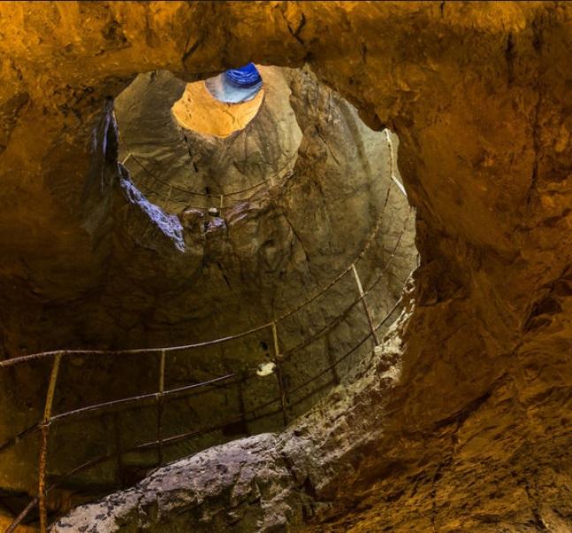 Подземная винтовая лестница в Чуфут-кале