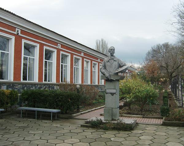 Художественное училище имени Самокиша и памятник художнику перед входом