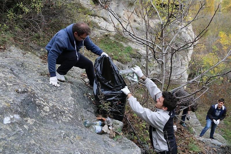 Уборка территории вокруг грота Чокурча активистами молодежного движения