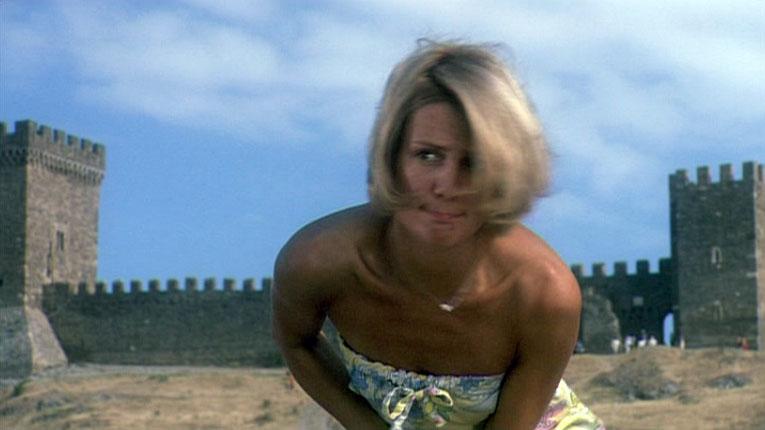 Фото моей девушки. Главная героиня на фоне Генуэзской крепости