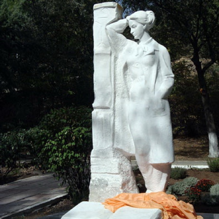 Памятник Сусловой