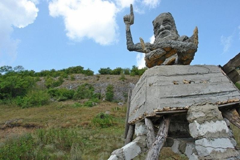 Скульптуры возле замка